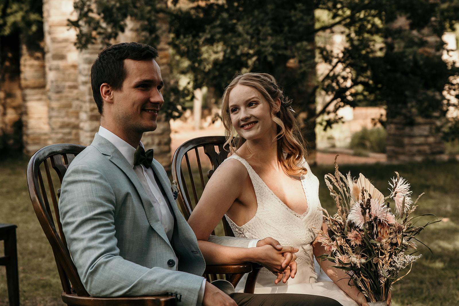 glückliches Brautpaar bei einer freien Trauung