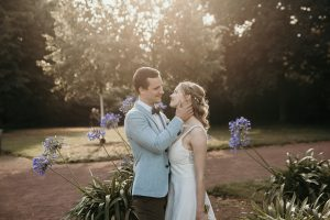 Braut und Bräutigam nach der freien Trauung